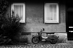 Scooter Story (Isengardt) Tags: street door windows bw white house black monochrome wall composition contrast germany deutschland europa europe fenster wand haus scooter olympus roller sw monochrom kontrast weiss tr schwarz komposition omd esslingen fassade motorroller em1 badenwrttemberg strase 1250mm