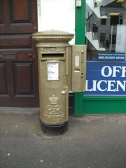 Gold Pillar Box, London Road, Sunningdale, SL5 17 (aecregent) Tags: postbox royalmail pillarbox eiir 170413 goldpostbox sl517