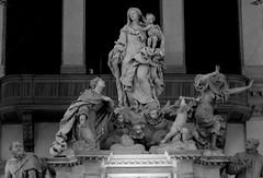 Santa Maria della Salute-La Virgen María, Venecia y la Peste B/N (Hesperetusa) Tags: venice escultura venecia venezia barroco alegoría