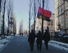 La bandiera del...Angola? (GrusiaKot) Tags: people flag ukraine protesta piazza ukrainian kiev  maidan ukraina bandiera manifestazione  ucraina maydan  majdan  2013 autogestione kyjiv khreschatik