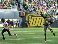 Marcus Mariota to lead the Oregon Ducks to an Alamo Bowl victory today (acase1968) Tags: sports oregon lens photography utah football nikon university stadium trevor eugene trophy nikkor reilly f28 utes 70200mm heisman autzen d600 pac12
