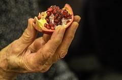 عن أمير المؤمنين (عليه السلام) قال: سمعت رسول الله (صلى الله عليه وآله) يقول: من أكل رمانة حتى يستتمها نور الله قلبه أربعين صباحاً (ليلة) (TaMiMi Q8) Tags: pomegranate نار انار رمان