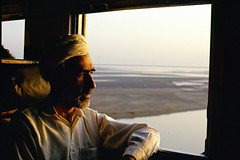 Between Peshawar and Lahore, Pakistan, 1988 (Photox0906) Tags: voyage travel pakistan man window nature silhouette train wagon landscape cool asia asien escape dusk air profile railway traveller journey zen serenity peshawar asie turban crpuscule fentre lahore vasion profil homme coucherdesoleil banquette chemindefer voyageur pakistanais