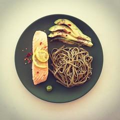 26η μέρα, μεσημεριανό: σολωμός με noodles από φαγόπυρο & πράσινο τσάι, αβοκάντο, soy sauce & wasabi. #natachef #diet #dietry #instadiet #instafood  #food #foodie #healthy