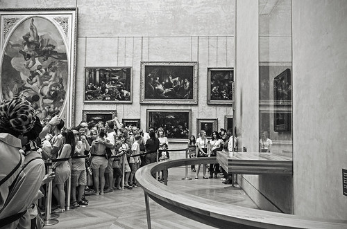 People are crowding in front of the Mona Lisa