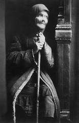 Eldre kvinne p landsbygda i Sovjetunionen (1935) (Trondheim byarkiv) Tags: travel tourism norway norge russia archive norwegen tourist soviet archives noruega trondheim srtrndelag journalism journalist 30s sovietunion reise ussr cccp 1935 noorwegen sovjet turist russland trndelag journalisme sovjetunionen arkiv trondhjem byarkiv trondheimkommune 30tallet trondheimbyarkiv sundvor eiriksundvor torh46b08 f22735 vision:dark=0522 vision:outdoor=0784