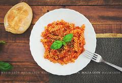 Fusillis con chorizo (Malia Len ) Tags: wood food texture canon madera dish comida pasta chorizo pan plato tomate albahaca malialeon fusillis