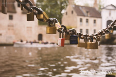 Minnewater - O Lago do Amor (Stefan Lambauer) Tags: city lake love tourism brasil lago boat canal europa belgium brugge be bruges turismo bruge bezoekers blgica minnewater 2015 paddlelock cadeados lakeoflove stefanlambauer