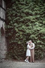 (thombe77) Tags: old wedding leaves wall canon vintage eos 50mm groom bride kiss couple alt wand paar 7d hochzeit blätter kuss braut bräutigam brautpaar