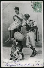 "Archiv G025 ""Groupe dyaouleds (enfants)"", 1908 (Hans-Michael Tappen) Tags: france boys outfit frankreich stamps ephemera hut barefoot afrika mtze 1908 1900s jungen kleidung tasche araber flte briefmarke nordafrika kopfbedeckung poststempel barfus yaouleds 1900er archivhansmichaeltappen yaouled strasenjungen"