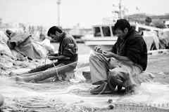 Repairing fishing nets [Expolred] (Mattia Notari) Tags: white fish black canon 50mm blackwhite fishing repairing nets pesca bianco gallipoli nero whiteblack nocolor bicolore repairingfishingnets ingmattiaeu ripararelaretedapesca ripararete
