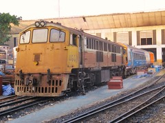 4009 shunting a BREL Sprinter (Barang Shkoot) Tags: electric asia general diesel bangkok thai depot locomotive siam gauge narrow cummins srt hualamphong scud metre sprinter brel rsr class158 4009 shovelnose vacuumbrake