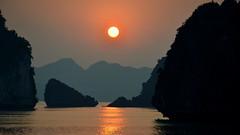 Ha Long Bay Sunset (MXW) Tags: ocean sunset sea sun water colors set asian island islands bay soleil asia long south ile east viet asie ha nam sud est couch iles vietman
