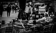 Le_vie_di_fuga (Danilo Mazzanti) Tags: blackandwhite photography foto photos streetphoto fotografia sedie lettura biancoenero fotografo danilo pausa mazzanti tranquillit altocontrasto leggereilgiornale danilomazzanti wwwdanilomazzantiit