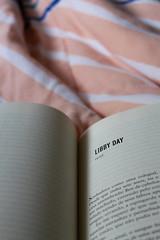 Dark Places - Gillian Flynn (marinamoia) Tags: winter cold paper reading book words cozy read livro papel cama frio ler leitura palavras lendo cobertor darkplaces coberta aconchegante gillianflynn libbyday
