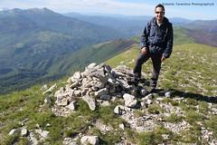 in vetta 2.052 mt (Roberto Tarantino EXPLORE THE MOUNTAINS!) Tags: parco 2000 nuvole neve alta monte amici montagna marche umbria cresta sibillini vettore quota metri