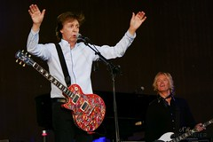 Paul McCartney with Les Paul #1 (NM_Pics) Tags: munich mnchen paul beatles olympicstadium mccartney paulmccartney olympiastadion oneonone