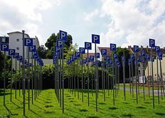 Parken erlaubt - Parking (ingrid eulenfan) Tags: kunst parking leipzig verkehrsschild parken lindenau schilderwald lichtschatten knstlerkmadlowski