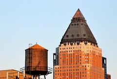 Nuevo y viejo (vonher) Tags: ny newyork nuevayork d60 nikond60 depositodeagua