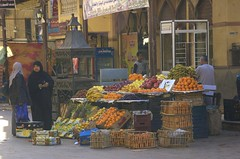 colourfull fruit (Ren Mouton) Tags: street woman shop fruit egypt winkel aswan egypte vrouwen  straat asuan verkoop   syene mir assoean  swentet