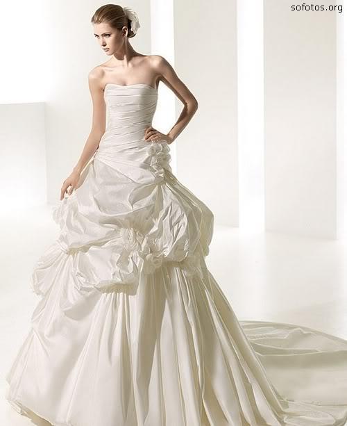 Vestido de noiva elegante com cauda