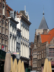 Bruges, Grand-Place, faades (Ytierny) Tags: vertical architecture belgique grandplace brugge belgi parasol bruges markt fentre faade brasserie venisedunord flandreoccidentale pignonredans ytierny