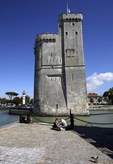 La Rochelle, la tour St-Nicolas (Ytierny) Tags: france vertical architecture port tour pierre larochelle fortification mur quai btiment militaire entre forteresse drapeau dfense edifice pav stnicolas littoral chenal donjon et charentais charentemaritime avantport mchicoulis ytierny