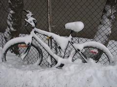 Bycicles in the snow | Bicicletas en la nieve | Vlo dans la neige (lezumbalaberenjena) Tags: winter snow hiver nieve bicicleta bici invierno cicle bycicles