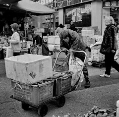 Hong Kong (香港), Reclamation Street (新填地街), December 2013 (Foooootooooos) Tags: poverty street blackandwhite bw 120 6x6 analog square hongkong noiretblanc zwartwit kodak iso400 streetphotography jordan elderly squareformat analogue jalan 香港 kowloon rue portra ouderen 400asa straat rolleicord pauvreté portra400 armoede armut analoog kodakportra schwarzweis strase straatfotografie photographiederue reclamationstreet hitamputih הונגקונג kemiskinan yautsimmong гонконг 27din strasenfotografie เขตบริหารพิเศษฮ่องกง 新填地街 xenar13575 fotografijalanan هونغكونغ kreuznachxenar