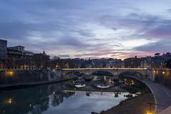 DSC_6597 - Tra poco il buio, le prime luci della sera (upterstreet2luce1) Tags: 2015 fiume lungotevere orablu oradorata roma street sanpietro streetphotography tevere tramonto