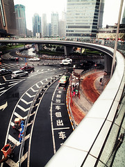 Crossing under the rain (k-rlitos) Tags: china road street city entramado rain sign lluvia mood cross shanghai traffic symbol olympus tráfico 中国 上海 街头 letra símbolo 雨 e620 fsuro