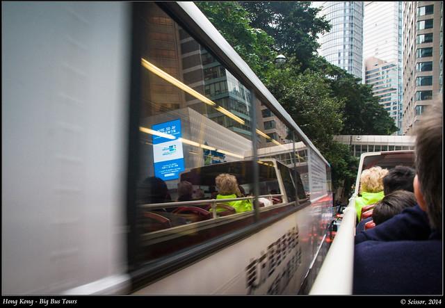 呼嘯而過的巴士