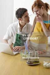 Pomodoro (grafico5c) Tags: amicizia amore adulto duepersone preparazione caucasico varietà condividere composizioneverticale legameaffettivo