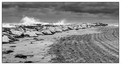 (Femme Peintre) Tags: strand sand meer himmel wolken steine spanien felsen brandung schwarzweis