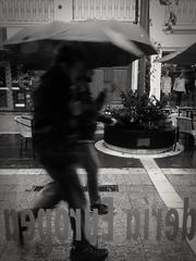 Llueve  (MotoG) (Fernando (fer_cba)) Tags: street byn blancoynegro lluvia cellphone motorola celular paraguas cellphones llueve