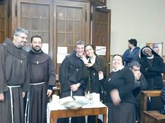 i missionari alle prese con i preparativi per la messa