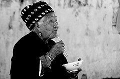 old woman Yunnan China (ichauvel) Tags: voyage china old travel portrait woman white black wall outside asia noir day market eating femme streetportrait jour baguette manger rides asie yunnan dali bol mur et march blanc chine vieille exterieur wrinckles age snior portraitderue