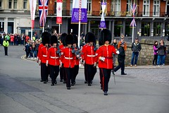 England 2016  Windsor  Soldiers marching up the hill (Michiel2005) Tags: uk greatbritain england soldier army unitedkingdom britain windsor guards berkshire guardsmen engeland leger soldaat guardsman vk grootbrittanni verenigdkoninkrijk