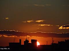 Se esconde tras los edificios (Caty V. mazarias antoranz) Tags: espaa spain galicia cielos atardeceres pontevedra evenings anocheceres islasces porlanoche porlatarde ofacho