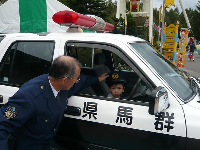 我が子、パトカーに乗る|軽井沢おもちゃ王国