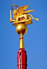 Flagstaff - Flaggenmast - Flaggstång (mark@pfalz) Tags: venice gold golden bluesky flagstaff venezia leone venedig sonycamera sanmarco löwe flaggenmast leonealato flaggstång markpfalz sanmarcs
