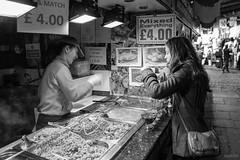 Camdem Town (Diego Scheid Fotografia) Tags: street bw white black london branco canon town market pb preto e londres stm camdem 650d t4i 18135mm