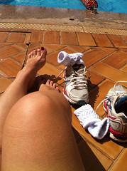 IMG_3750 (aurabordeaux) Tags: feet foot shoes legs nails barefoot pés pé photostream footfetish pezinhos rednails tennisshoes pezinho dirtyfoot podolatria footworship footqueen arcfoot