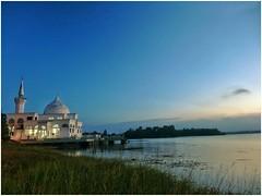 Brunei mosque after suns down (thegunznroses1904) Tags: sunset lake night sony slowshutter bruneimosque amateurtobepro