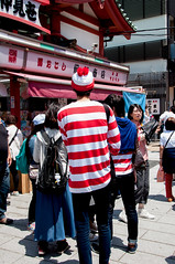 Wally in Asakusa (Yuta Ohashi LTX) Tags: street japan tokyo nikon snap tourist   asakusa  whereswally   d90  f3556   18105mm