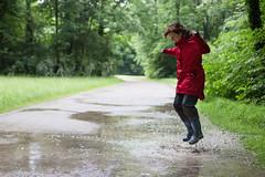 Jumping in puddle (Traveller_40) Tags: park green rot water rain mnchen fun happy grey wasser minga monaco englischergarten regen gummistiefel freude genus glcklich regenwetter stiefel regenjacke lebensfreude regenhose gibtdaslebendirzitronenmachlimonadedaraus