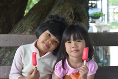 children with popsicles (the foreign photographer - ) Tags: tree ice portraits bench children thailand wooden bangkok cream popsicles khlong bangkhen thanon