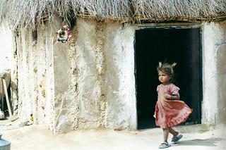 Petite fille dans le vent.
