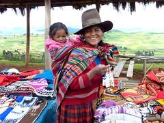 Femme et son enfant - Pérou (Voyages Lambert) Tags: peru bolivia lama machupicchu lapaz bolivie perou peruvien lactiticaca voyageperou ilesuros travelperou travelbolivia siteinca voyagebolivie