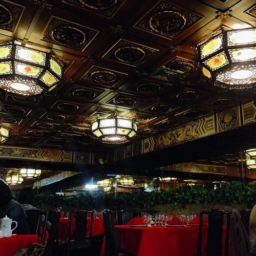 """""""Antes sólo los reyes tenían el privilegio de servirse manjares. Hoy el restaurante Lung Fung lo hace posible."""""""